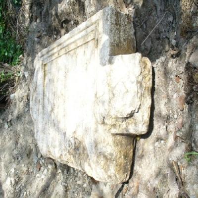 Проучват древна каменна плоча