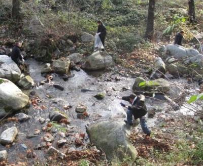 Ученици почистиха от отпадъци коритото на Стара река